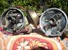 Úpravy rozdělovačů, odladění motoru: Vlevo zákazníkův rozdělovač s vůlemi, vpravo úprava z nového kusu
